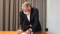 Eng. Joaquim Carlos Correia Peres a discursar a assinar o documento
